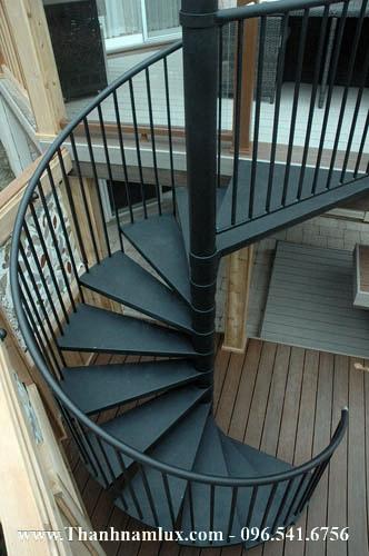 Cầu thang sắt có cột ở giữa tạo sự chắc chắn
