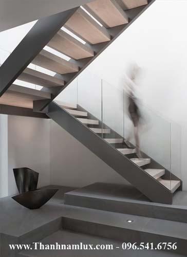 Mẫu cầu thang sắt kết hợp lan can kính thả nhẹ nhàng