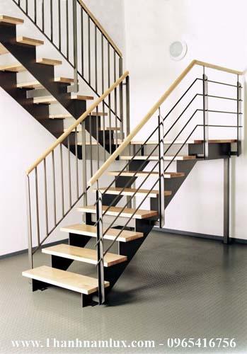 Mẫu cầu thang sắt đẹp với bậc gỗ tông màu sáng