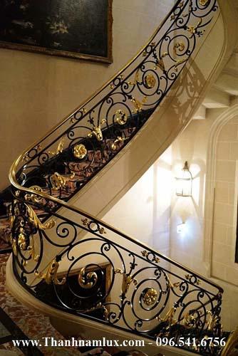 Mẫu cầu thang sắt nghệ thuật đẹp tay vịn đồng