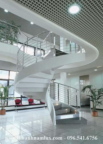 Mẫu cầu thang sắt xoắn ấn tượng tạo điểm nhấn cho cả căn nhà