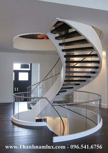 Cầu thang sắt kết hợp kính cong thường dùng trong biệt thự
