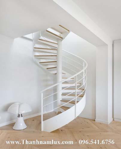 Mẫu cầu thang sắt xoắn đẹp sơn màu trắng vô cùng sang trọng