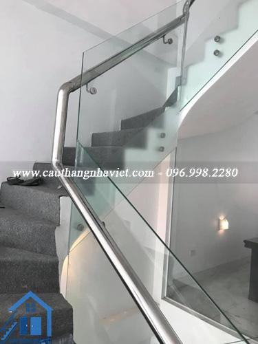 Mẫu cầu thang kính không chân hay cầu thang kính bắt pat đẹp