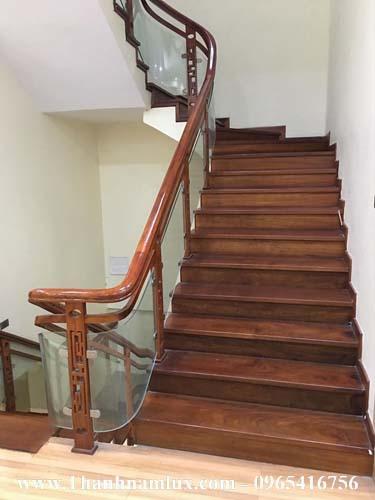 Cầu thang kính chân gỗ