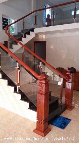 mẫu cầu thang kính đẹp cho nhà nhỏ hẹp