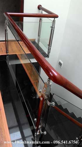 mẫu cầu thang kính đẹp cho nhà ống