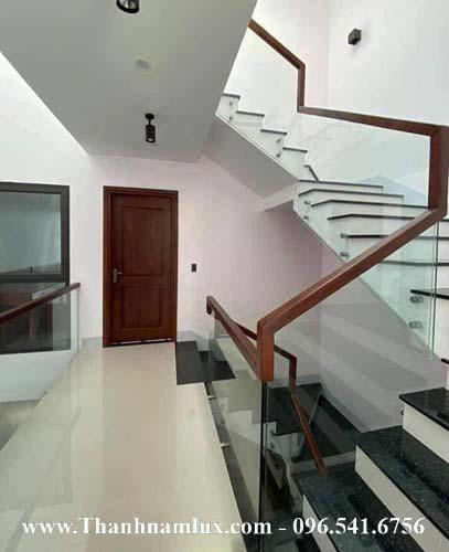 Cầu thang kính hiện đại đẹp