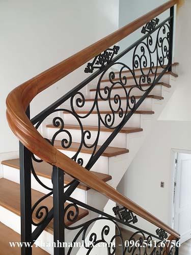 Cầu thang sắt tay vịn gỗ có thiết kế rất đơn giản