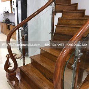 Cầu thang kính chân gỗ tại bắc ninh
