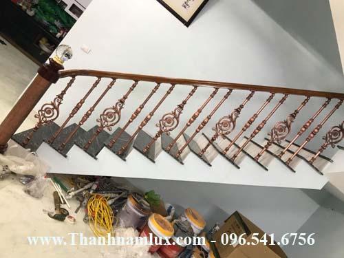 Mẫu cầu thang nhôm đúc nhập khẩu đẹp dành cho nhà phố. Với trụ cái tròn ấn tượng ngay đầu cầu thang