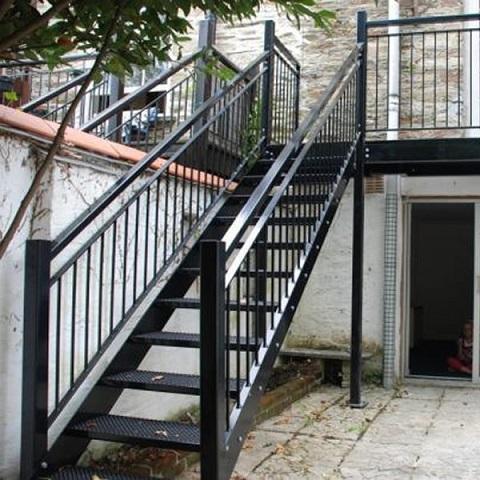 Cầu thang bằng sắt chính là một lựa chọn phù hợp nhất và luôn được ưu tiên bởi những ưu điểm về độ bền, an toàn cũng như tính thẩm mĩ mà nó mang lại.