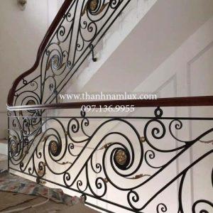 Cầu thang sắt tay vịn gỗ - Lựa chọn hoàn hảo cho không gian sống