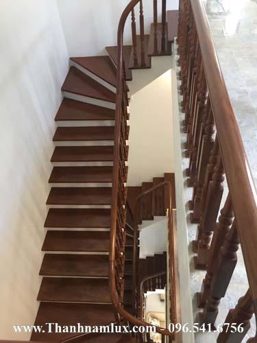 Mẫu cầu thang gỗ đẹp cho nhà ống