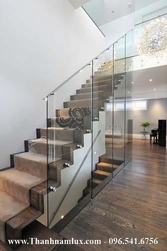 mẫu cầu thang bay với lan can kính
