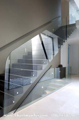 mẫu cầu thang bay lan can kính