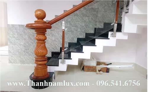 mẫu trụ gỗ cầu thang kính
