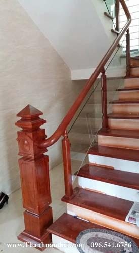 Mẫu trụ gỗ cầu thang vuông đẹp mắt